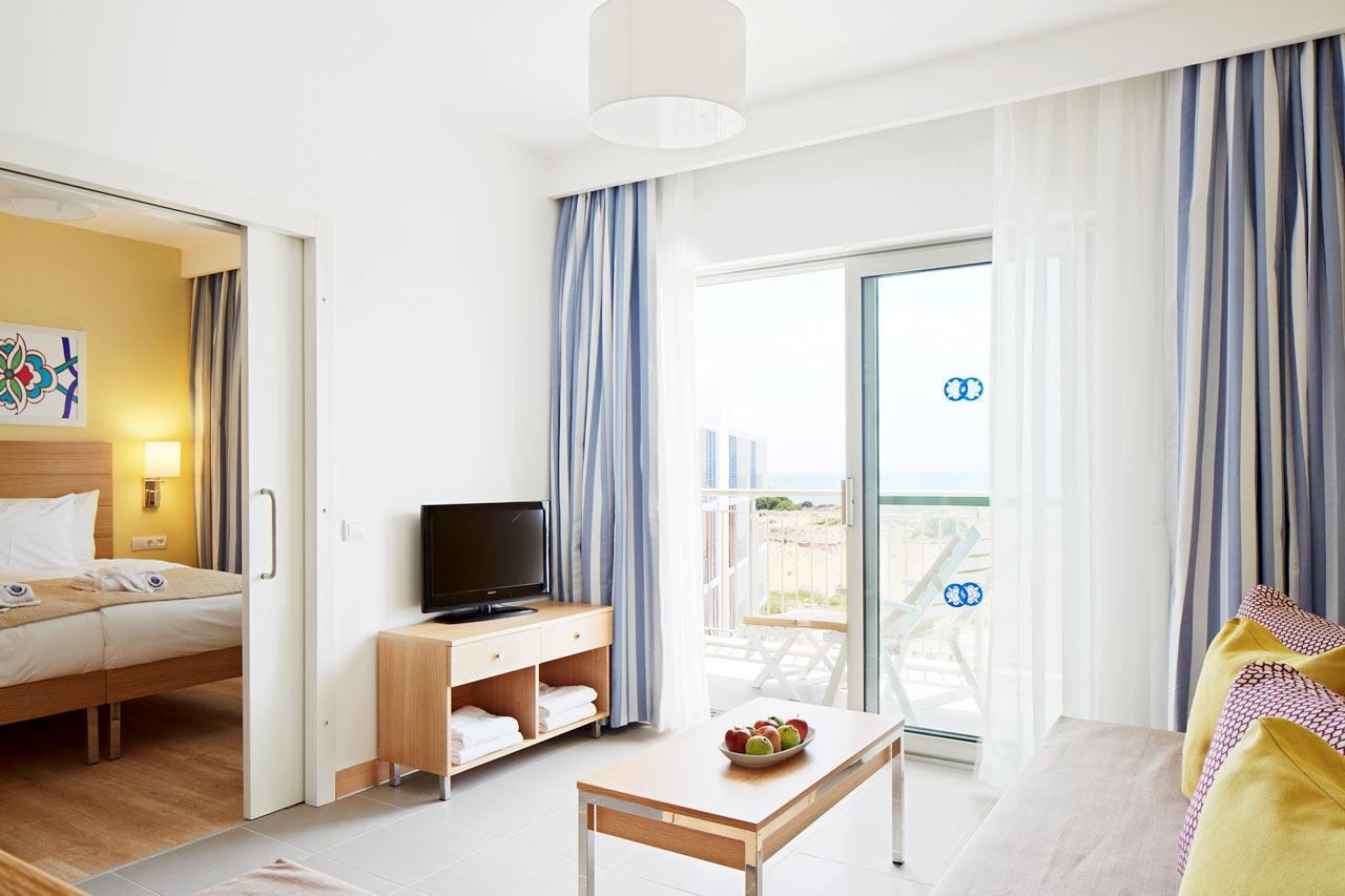 2-værelses Royal Family Suite med balkon mod poolområde