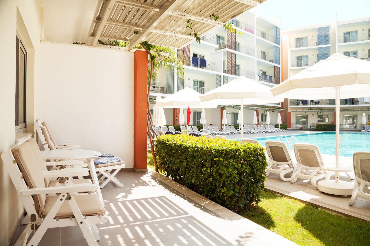 2-værelses Royal Family Suite med terrasse mod poolområdet