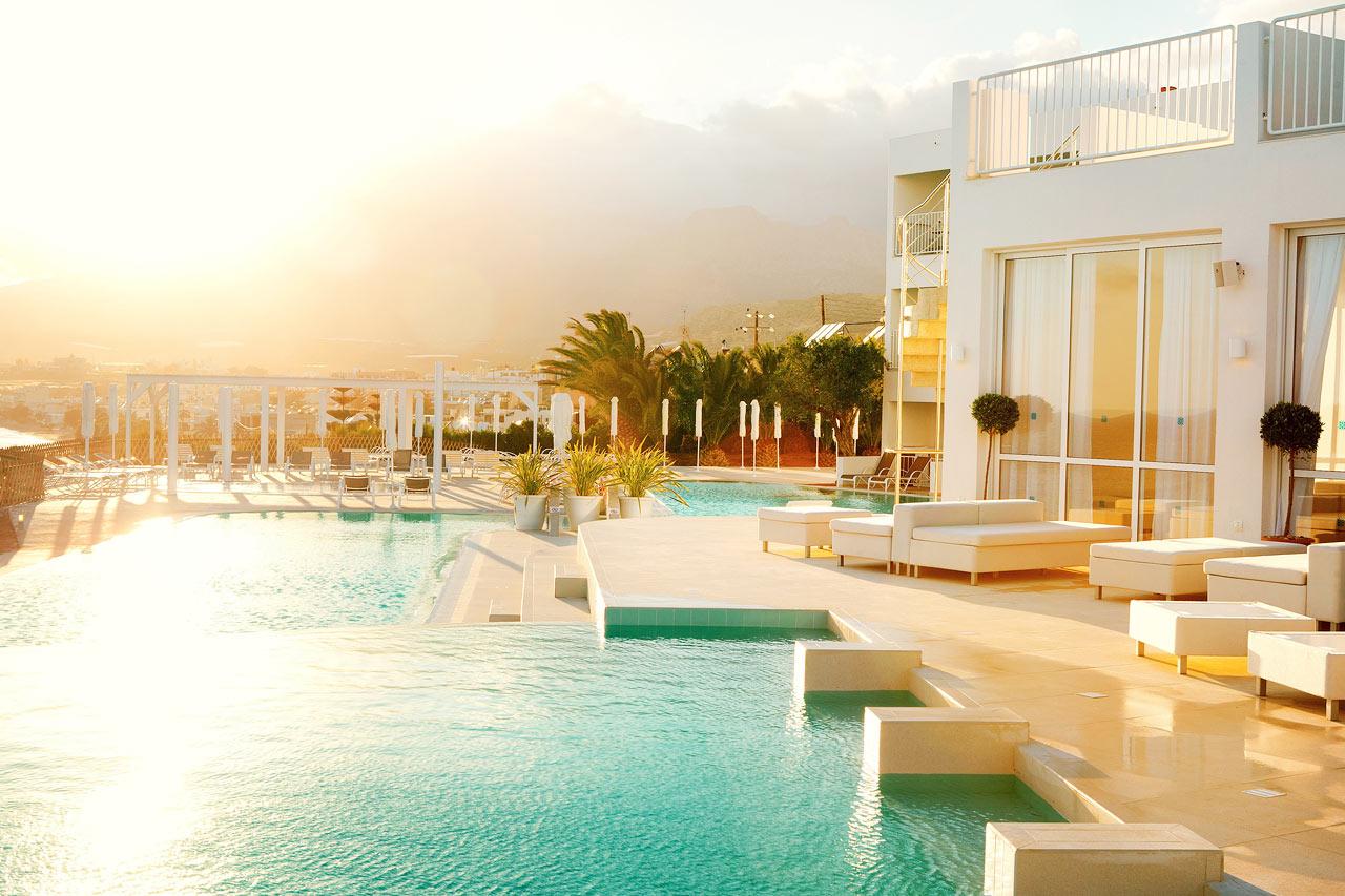 Find jeres favoritplads ved poolen eller på terrassen ned mod havet. Dette er Beach Club Pool