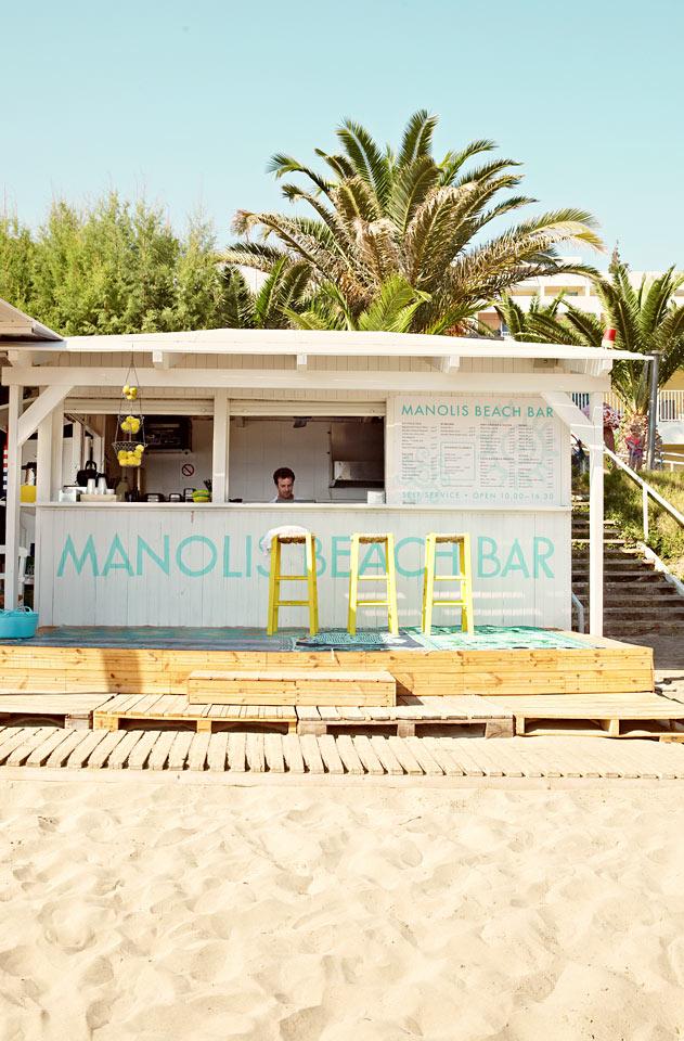 Manolis Beach Bar på stranden tilbyder kolde drikke og enkle retter til frokost