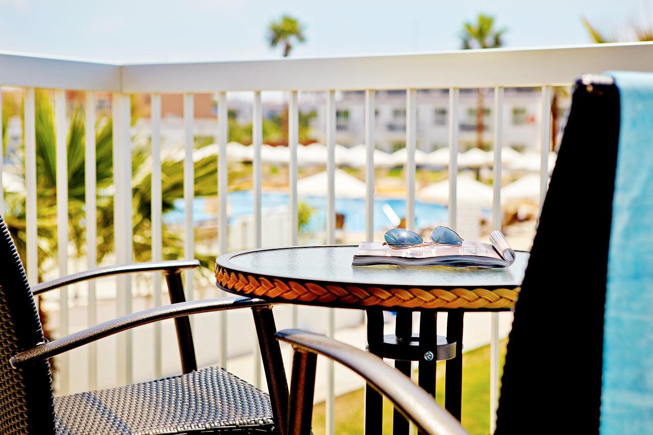 Classic Suite med balkon mod haven.