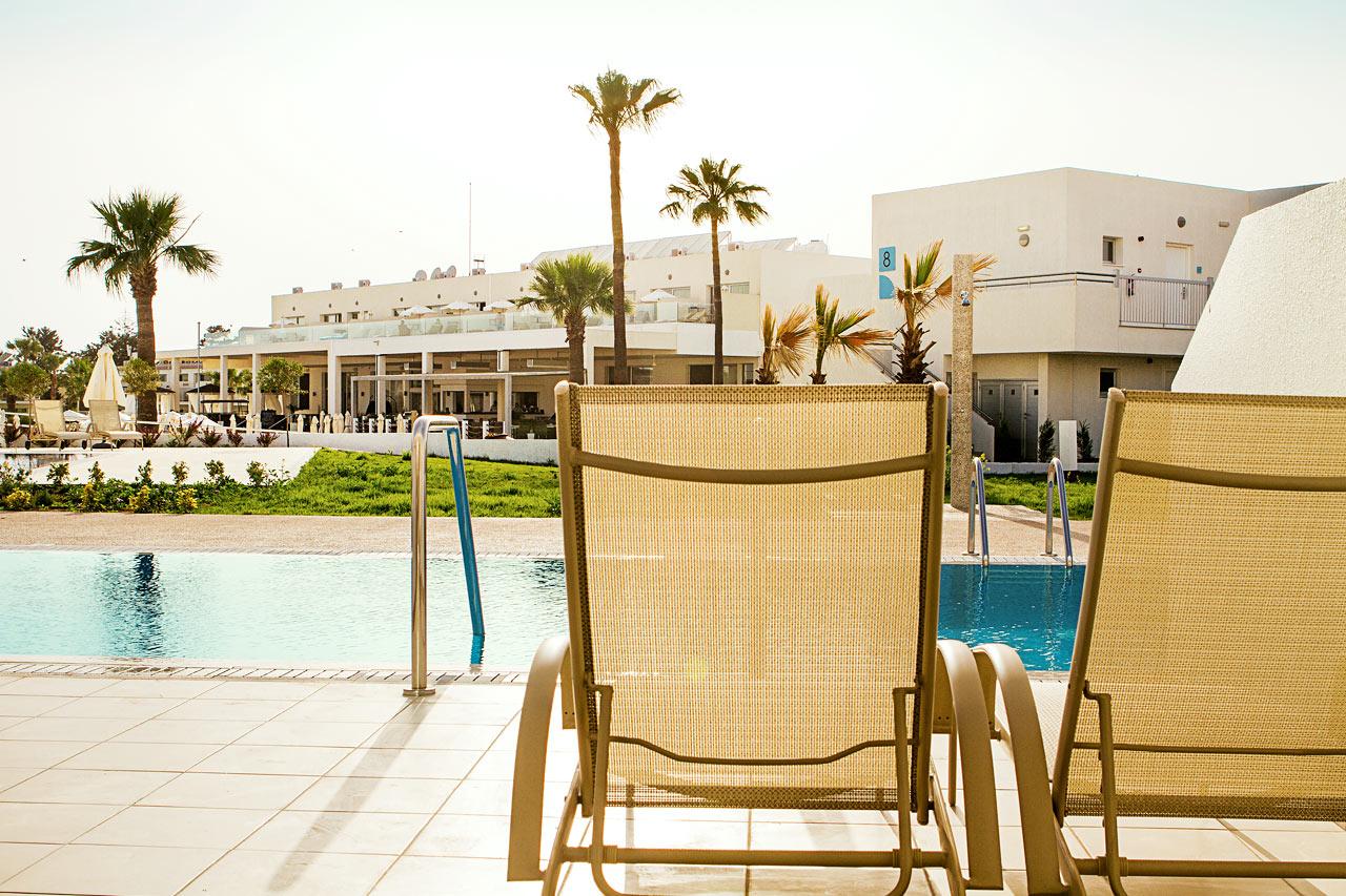 Junior Suite med terrasse med liggestole og direkte pooladgang.
