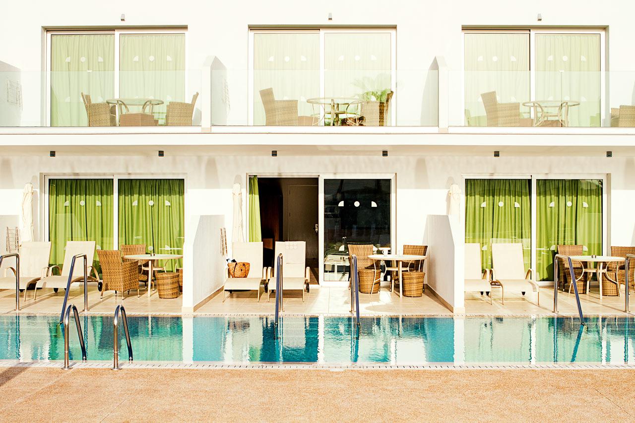 Classic Suite med terrasse, liggestole og direkte pooladgang.