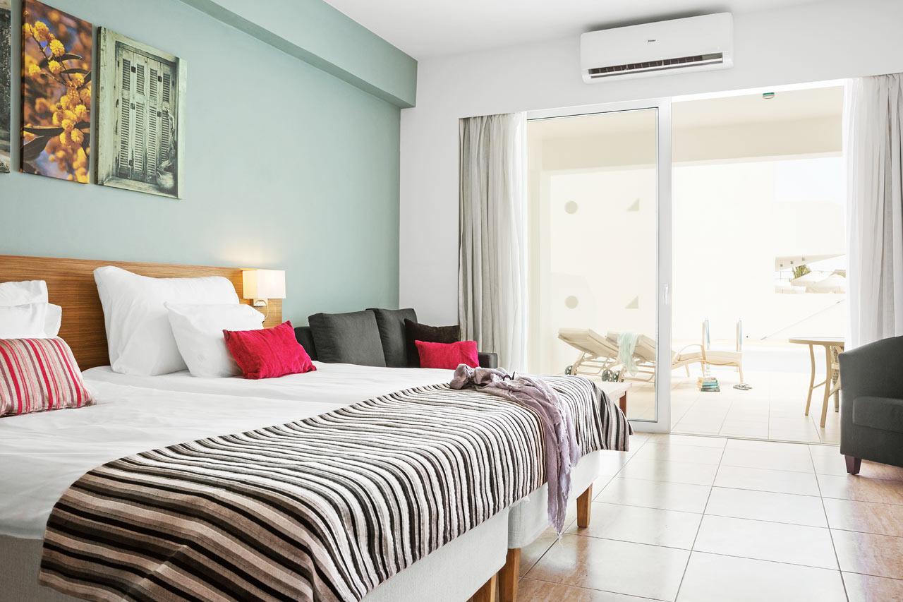 Classic Suite med stor terrasse med liggestole og direkte adgang til privat, delt pool.