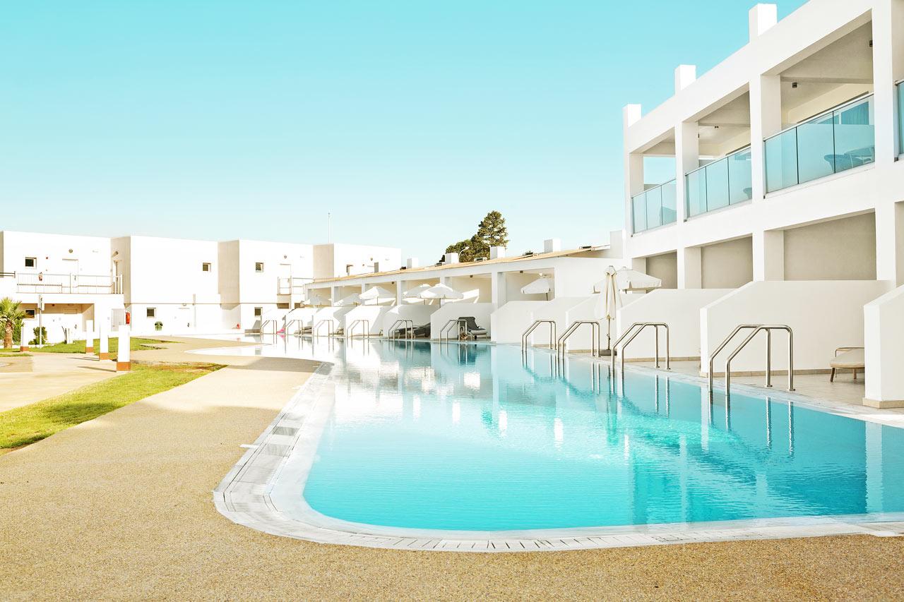Classic Suite med stor terrasse, liggestole og direkte adgang til privat, delt pool.