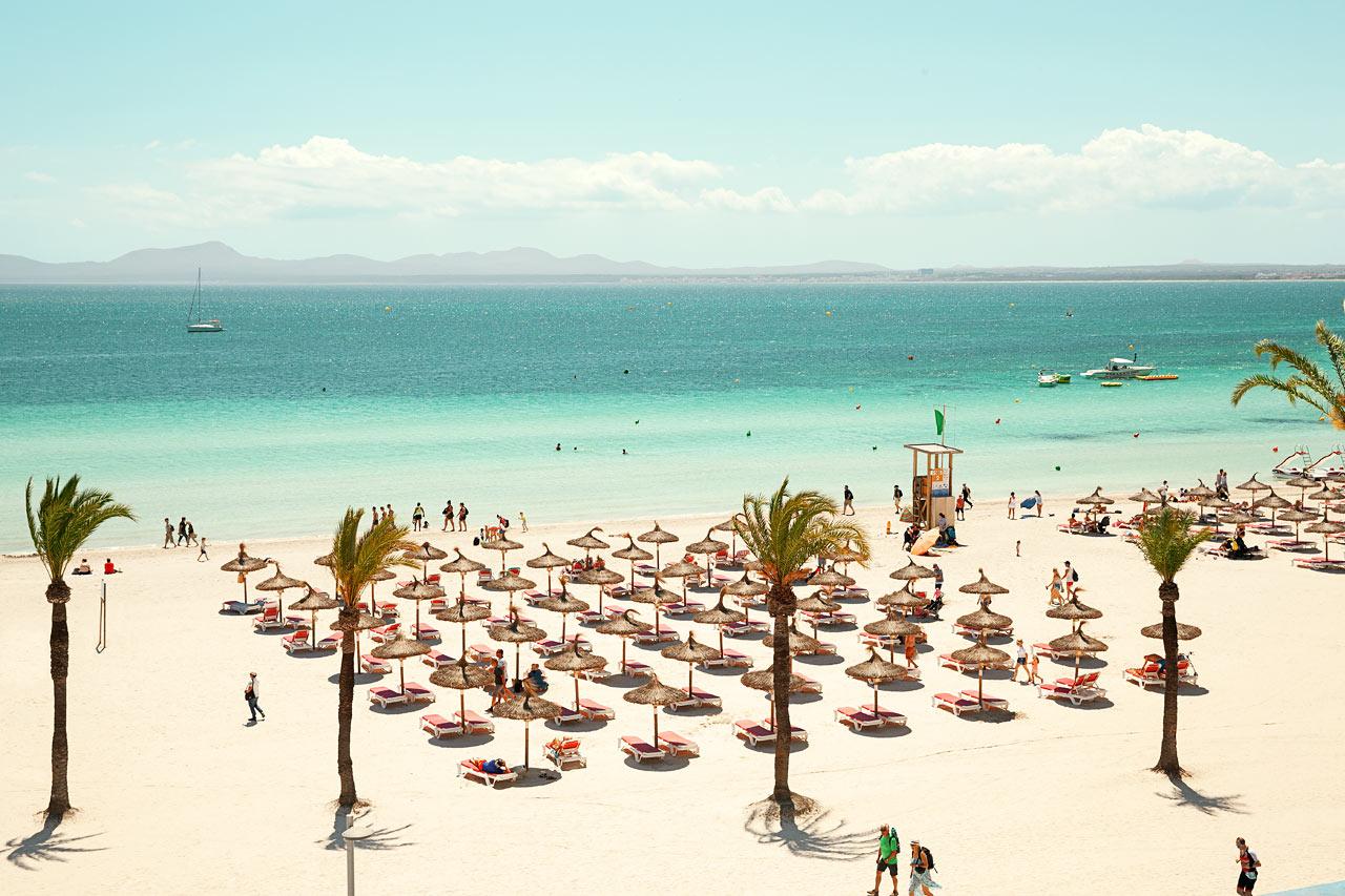 Stranden foran hotellet er bred, lang og med kridhvidt sand