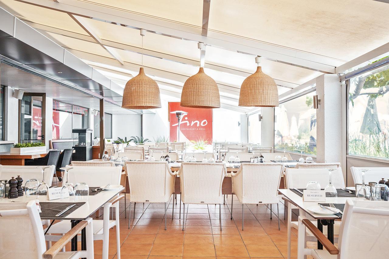 Nyd et godt måltid mad i Fino Restaurant & Grill